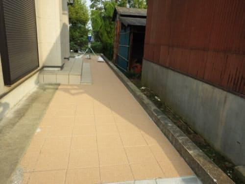 虫よけ成分を空中に放出する歩行者用の保水性ブロック舗装(写真:大成ロテック)