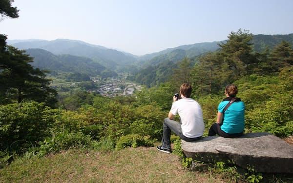 妻籠宿の町並みを眼下に望む、妻籠城跡の城山展望台。木曽路を歩く外国人旅行者は急増しています(写真:japan-guide.com)