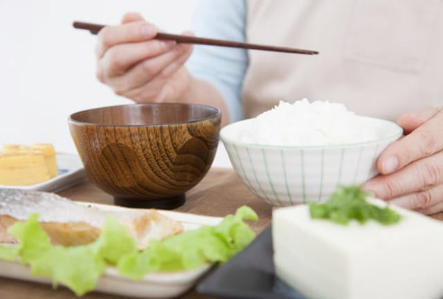 食事中にむせるなどして上手に食べられなくなるのは「脳血管性認知症」、料理を前にすると何をすればいいのか分からなくなるのが「アルツハイマー型認知症」…と、認知症の種類によって実は食事の難しさは異なる(c)PaylessImages-123rf