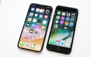 iPhone X(左)とiPhone 8(右)(写真:磯修、以下同)