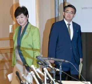 記者会見に臨む小池・東京都知事(左)と大村・愛知県知事(30日午後、大阪市中央区)