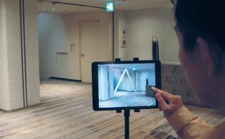 独自開発したARアプリ「FutureShot」をインストールしたiPad を据え付け、耐震補強用のブレース(筋交い)を設置予定の場所に向けると、画面上にバーチャルなブレースが出現(資料提供:大林組)