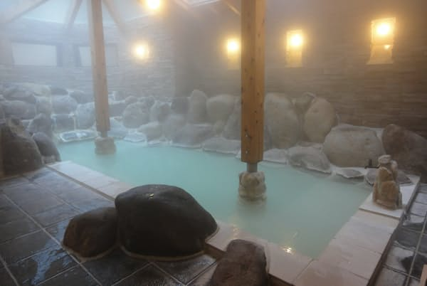 箱根太陽山荘の温泉の泉質は、酸性の硫酸塩泉。美しい色にうっとり