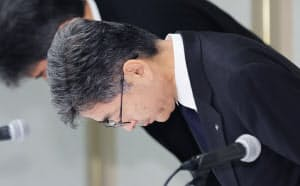 記者会見で頭を下げる神戸製鋼所の梅原副社長(8日午後、東京都港区)