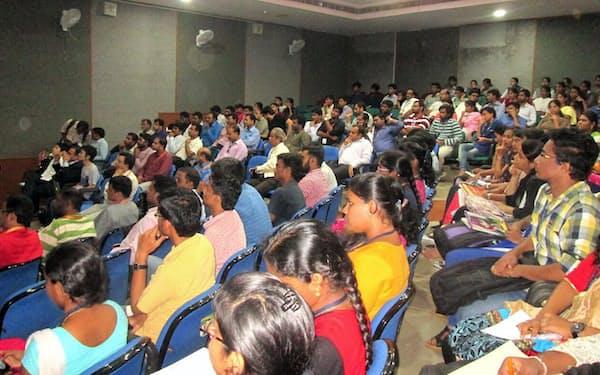 インドの学生の学習意欲は非常に強い(2017年9月、アンドラプラデシュ州ビシャカパトナムのアンドラ大学で開いたAIセミナー)
