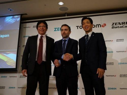 左から、ゼンリンの藤沢秀幸第二事業本部長、オランダのトムトムインターナショナルのアントワン・サウサーAutomotive事業部Managing Director、ゼンリンデータコムの清水辰彦社長