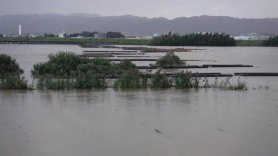 水没した上津屋橋。撮影は上部構造の流出翌日の10月23日(写真:京都府山城北土木事務所)