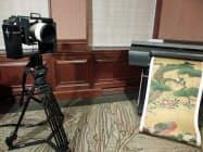 複製するのに使用された装置の一部をイメージしたセット。綴プロジェクト用に特別に用意した旋回台(左)にカメラを装着、撮影した。右はプリンターでの出力例