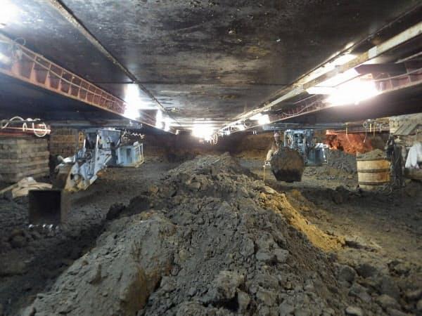気密作業室での掘削作業の様子(写真:清水建設)