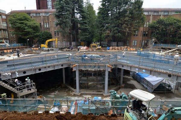 地下1階部分の施工中の様子。地下1階は鉄骨と鉄筋コンクリートのハイブリッド構造だ。中央がライブラリープラザの天窓となる噴水の箇所。2016年11月に撮影(写真:日経アーキテクチュア)