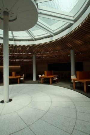 総合図書館前の広場に復元した噴水の底が、ライブラリープラザの天窓の役割を果たしている(写真:日経アーキテクチュア)