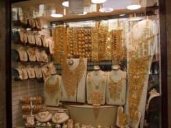 ドバイが中東地域の金流通中継基地。街中のゴールド・スーク(金アーケード街)はサウジなど近隣諸国からの顧客で賑わう(筆者撮影)