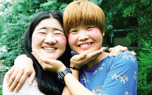 (左)よしこ 1990年10月24日生まれ、愛知県出身。(右)まひる 1993年8月30日生まれ、鳥取県出身。よしもとクリエイティブ・エージェンシー所属