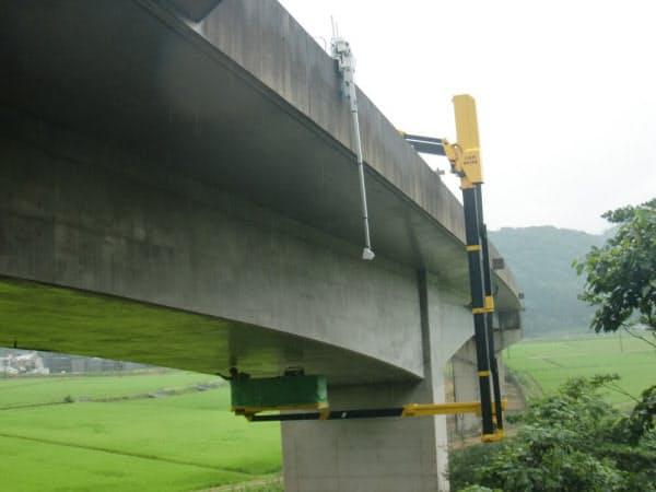 兵庫県の実橋で、開発した自走式装置を実証実験している様子(写真:三井住友建設)