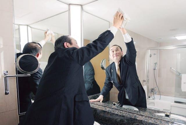 ホテルオークラ東京 客室課マネージャー佐藤俊雄さん  1980年にホテルオークラ東京入社以来、一貫して客室対応を担当。客室清掃チェックに関する同ホテルの社内資格「マスター・オブ・ハウスキーピング」の試験官を務める
