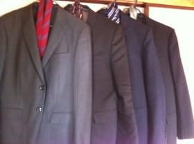 スーツは入学式着用のものがストライプ柄だったので、就活に使えず購入。最初の1着がボロボロになり、2着買い足した