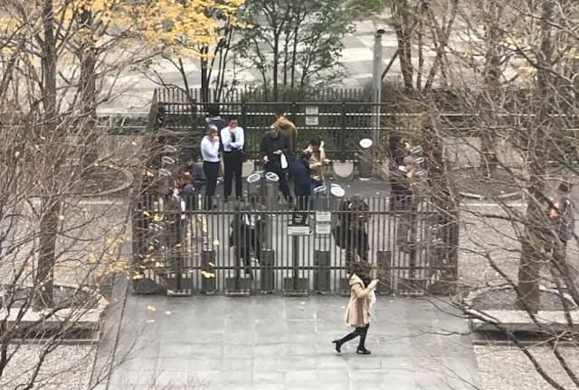 隔離された屋外の喫煙所。世界でも珍しい光景だ(東京都品川区)
