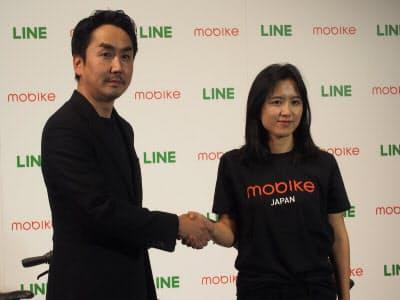 LINEの出澤剛社長(左)と中国モバイクの創業者フー・ウェイウェイ氏