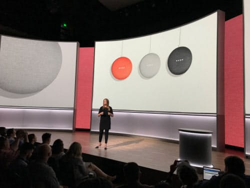 「グーグルホームミニ」を紹介するグーグルのデザイナー、イザベル・オルソンさん(10月4日、サンフランシスコ) (C)Khari Johnson/VentureBeat