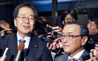 公明党の斉藤鉄夫税調会長(左)と自民党の宮沢洋一税調会長(写真:共同通信)