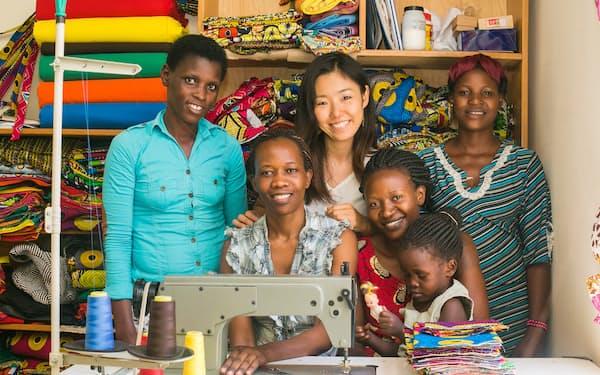 ウガンダで起業した仲本千津氏。現地の女性らと布バッグを製造・販売