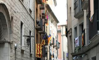 カタルーニャ州ジローナでは多くの家が州旗を掲げる