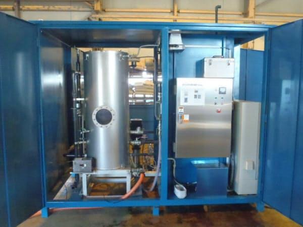 MBO促進酸化処理装置。左に見える円筒状の容器の中でマイクロバブルと過酸化水素を混ぜる。低騒音かつ低振動なので、市街地でも使用できる(写真:NIPPO)