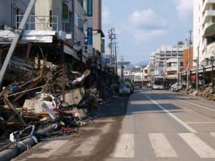 釜石市大町。釜石港の後背地にある中心市街地だ。津波は建物の2階の高さまで達した形跡が見える。津波は街路を川のように流れたかのよう。倒壊した建物は多いが、元の町並みはうかがえる(写真:日経コンストラクション)