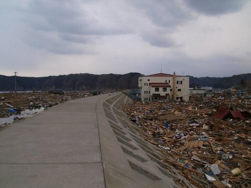 宮古市田老地区。防潮堤の上から町を見る。堤防に損傷は見られないが、市街地の建物の多くが倒壊している(写真:日経コンストラクション)
