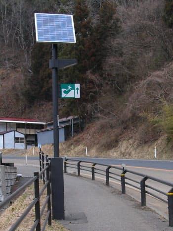 津波から避難する高台へのルートを示す看板(写真:日経コンストラクション)