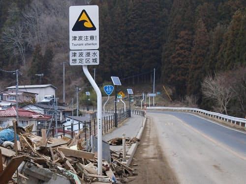 津波の浸水想定区域を示し、注意を促す看板(写真:日経コンストラクション)
