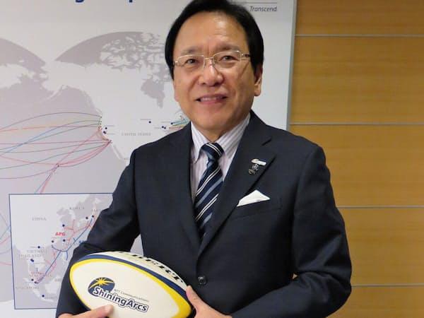 新グラウンドの模型を披露するNTTコミュニケーションズの庄司哲也社長