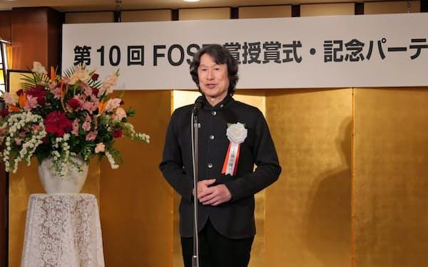 シミュレーションなどの研究者に助成する「FOST賞」の授賞式でスピーチする襟川社長(2017年3月)
