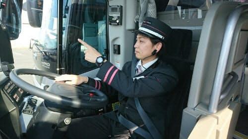 眠気などを検知するためのウエアラブルセンサーを耳たぶに付けたバス運転手(出所:WILLER EXPRESS JAPAN)