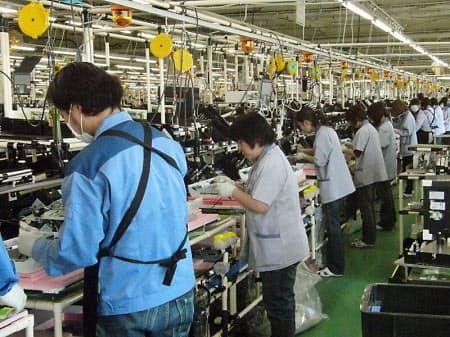 図7 富士通アイソテックのデスクトップパソコン生産ライン。震災から17日後の3月28日に生産を再開した(図7~9は日経パソコンが4月5日に撮影)