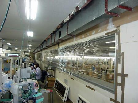 図9 富士通アイソテックのオフィス。壁のガラスが割れた部分に透明のシートを貼っている。天井の一部も破損したままだ