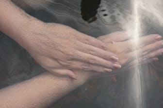 天然の炭酸温泉に入るとすぐに炭酸ガスの泡に包まれる