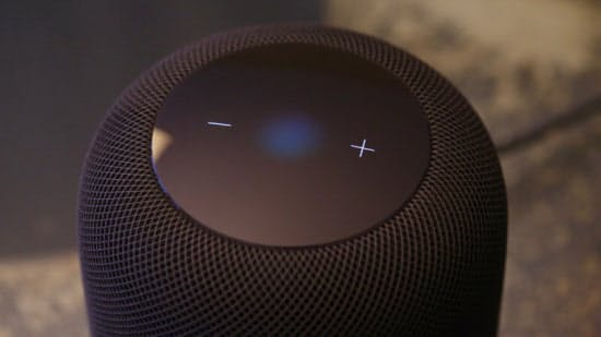 ホームポッドの上面にボリュームボタンを表示する。タップすることで再生、一時停止、スキップもできる (C)Jeremy Horwitz/VentureBeat