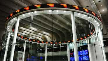 東証後場寄り 下げに転じる、銀行に売り