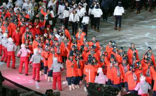 閉会式で入場行進する日本選手団(25日、平昌五輪スタジアム)=山本博文撮影