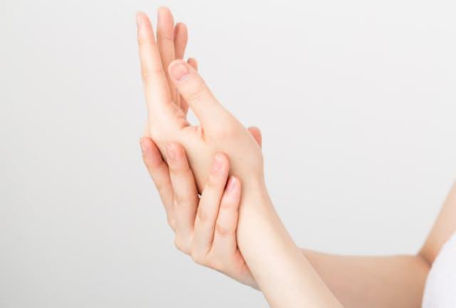 ドケルバン病は、親指の付け根をゆるめるようにマッサージするとよい(写真はイメージ=PIXTA)