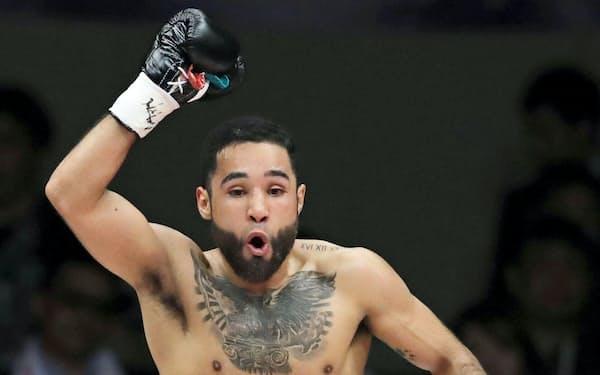 WBCバンタム級タイトルマッチで山中慎介選手に2回TKO勝ちし、喜ぶルイス・ネリ選手(1日、東京・両国国技館)=共同