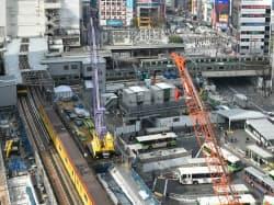 東側から見下ろした渋谷駅。写真左手前の東京メトロ銀座線と、ほぼ直交するJR埼京線および湘南新宿ラインの線路をそれぞれ切り替える。右上隅の宮益架道橋を渡っている手前の列車が湘南新宿ラインだ。2018年2月に撮影(撮影:日経コンストラクション)