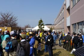連休の朝、石巻専修大学5号館付近はボランティア希望者でごった返していた