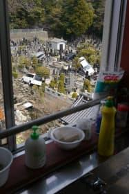 石巻市立湊小学校の裏手にある墓地には今も流されたクルマが残る