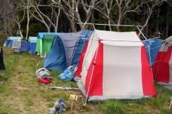 川上氏が避難所の裏山に用意した、はまセンのテント村。テントを持ち込んだボランティアが残していったものも