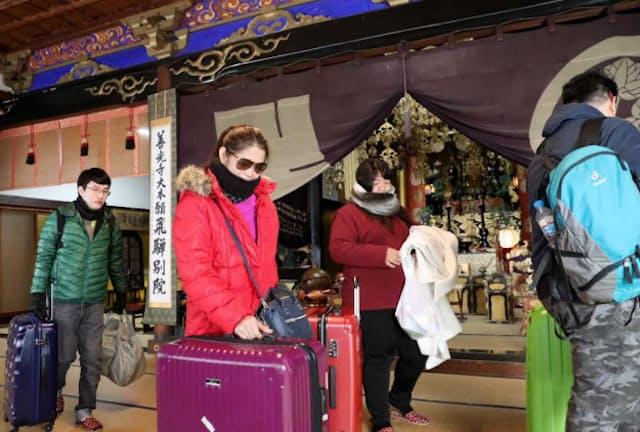 民泊は個人宅以外にも広がりつつある(寺に宿泊したタイ人の旅行客。岐阜県高山市)=浅原敬一郎撮影