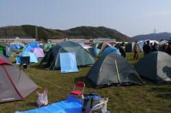 グラウンドをボランティアに開放している石巻専修大学には、数百のテントが立ち並ぶ