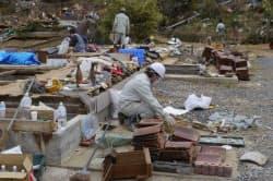 ガレキに埋もれていた佐藤ときよさん宅周辺は、ボランティアによって仕分けされ、思い出の品が多数、見つかった