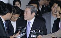 李健熙氏は「創造経営」に取り組むよう経営陣に求めている(2010年12月、ソウル市内)